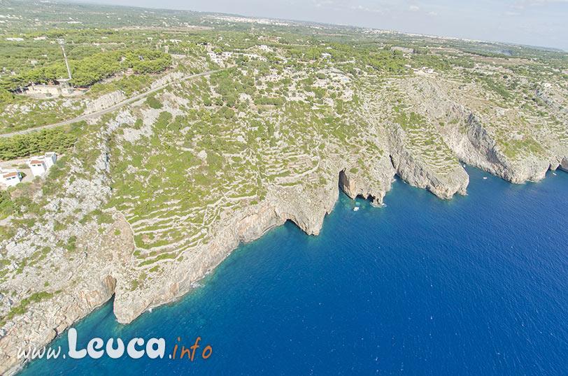 Veduta sulla costa con le grotte di Levante a Santa Maria di Leuca