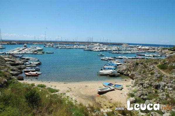 Foto della piccola baia usata come scalo per gommoni nel porto di Santa Maria di Leuca.