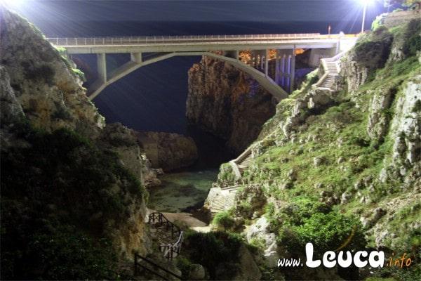 Il Ponte Ciolo con i suoi meravigliosi colori notturni vista dal canale Foto Sandro Simone