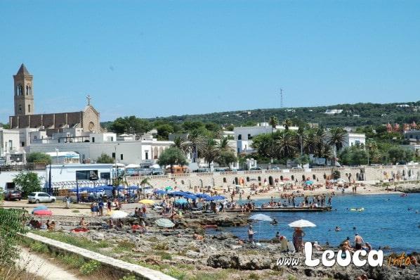 Foto estate Santa Maria di Leuca, vista di parte della spiaggia con la chiesa sullo sfondo