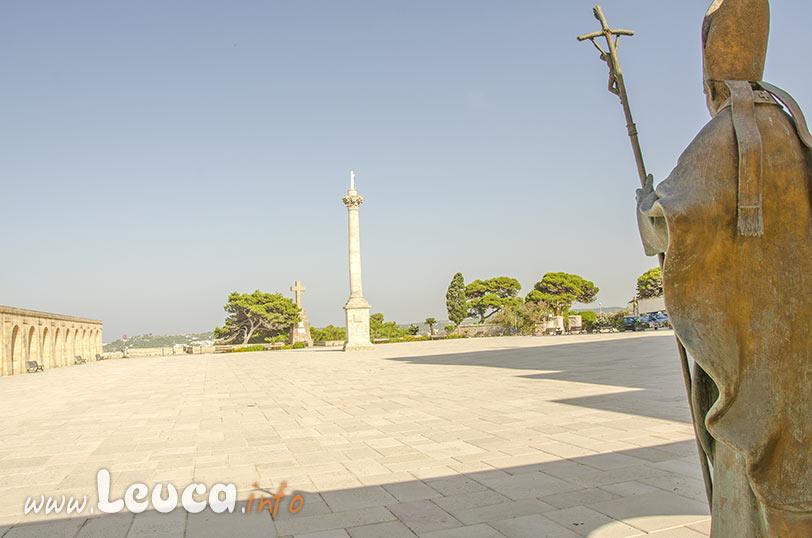 Statua in bronzo in ricordo della vista di Papa Ratzinger al Santuario di Leuca