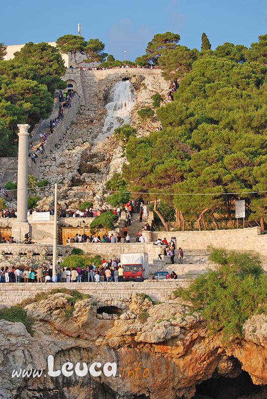 Turisti e pellegrini ai piedi della cascata di Leuca