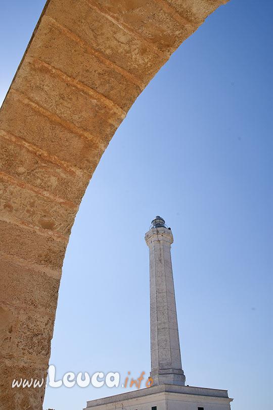 Il faro di Leuca visto dal colonnato della Basilica